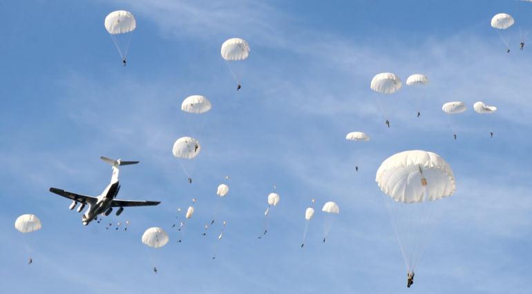 Прыжки десантников с парашютом