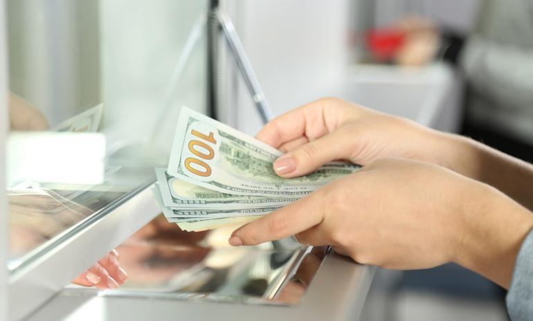 Сколько зарабатывают специалисты по банку