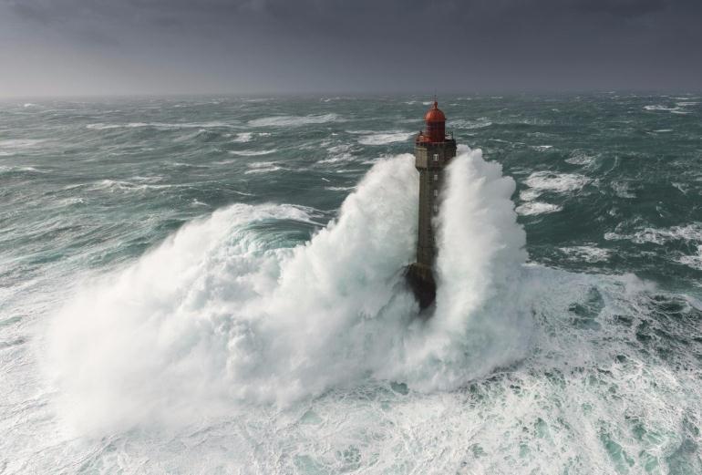 Маяк посреди океана