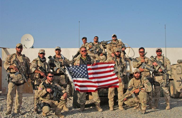 Солдаты с флагом