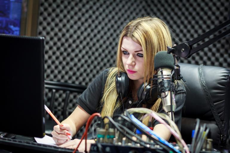 Девушка в студии