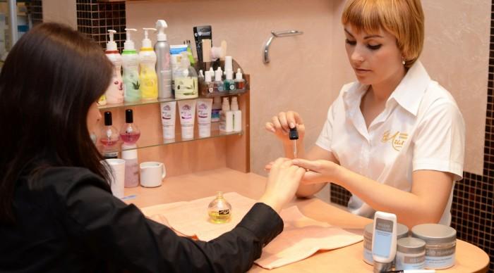 Работа в салоне в москве для девушек из рук в руки девушка ищет работу